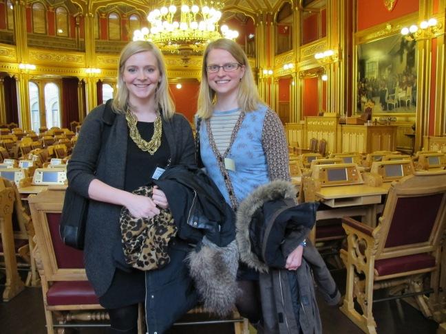 Ingeborg og Therese i stortingssalen