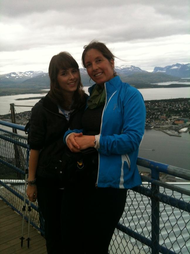 Maja og vertsmor Liv ved fjellheisen i Tromsø