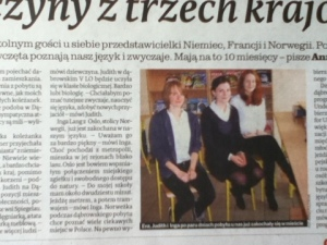 """Her er et bilde fra første skoledag, tatt fra lokalavisa i Dąbrowa Górnicza (f.v. franske Eva, tyske Judith og meg i lånt """"første-skoledag-kostyme"""") - blogginnlegget om dette kan du lese her."""