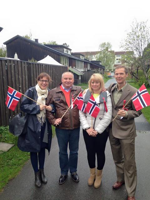 I år fikk jeg feire 17. mai hjemme i Oslo med ALLE foreldrene mine! Hvor kult er ikke det?? Se, så fine og glade de er!!!!!!